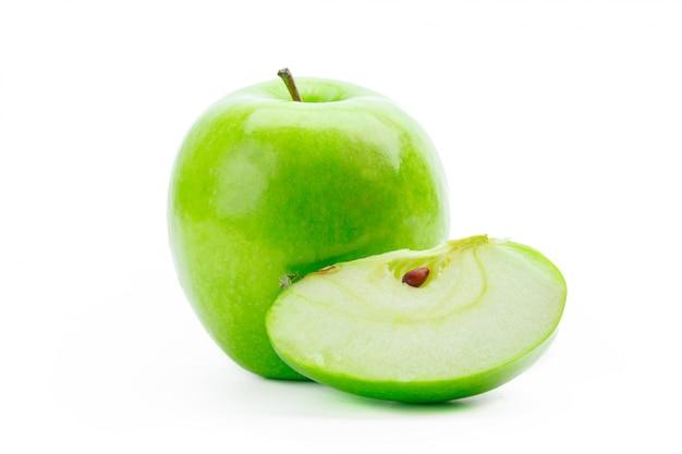 Pomme verte tranchée isolée