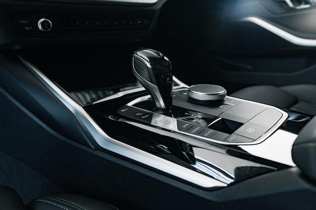 Pommeau de levier de vitesses de voiture de luxe close up
