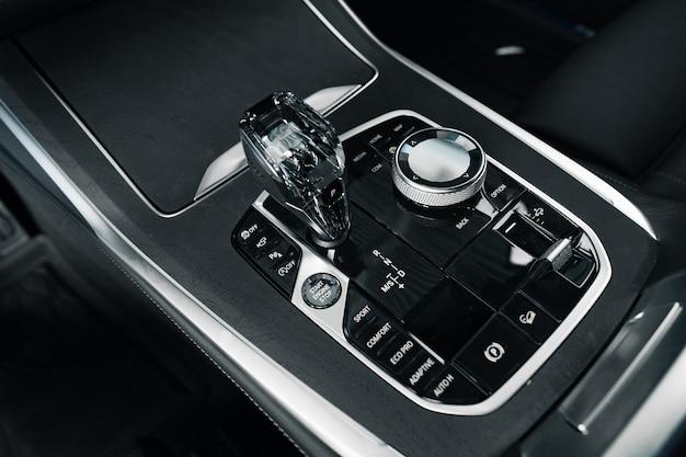 Pommeau de levier de vitesses de voiture de luxe photo en gros