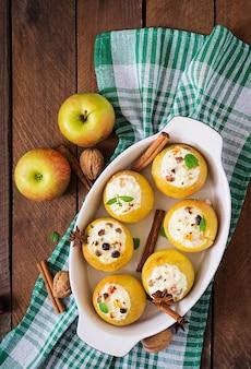 Pommes au four appétissantes avec du fromage cottage et des raisins secs