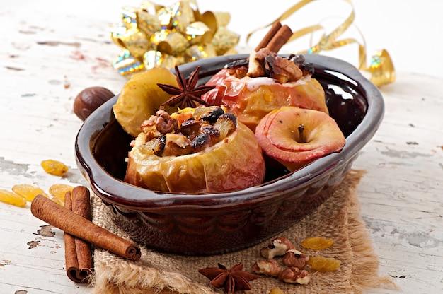Pommes au four aux raisins secs, noix et miel