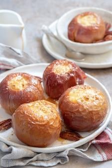 Pommes au four farcies de cheesecake et caramel