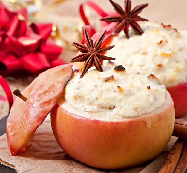 Pommes au four avec fromage à la crème au miel, raisins secs et noix