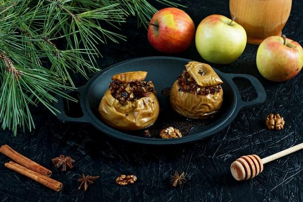 Pommes au four avec noix et fruits secs. dessert du nouvel an et de noël