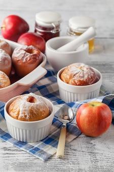 Pommes au four sur table en bois