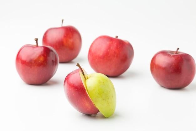 Pommes biologiques alignées sur table