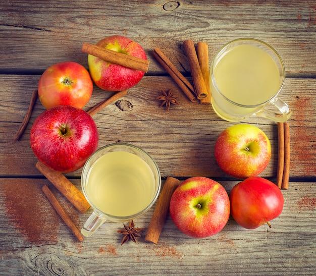 Pommes biologiques, cannelle et verres de cidre valent la peine