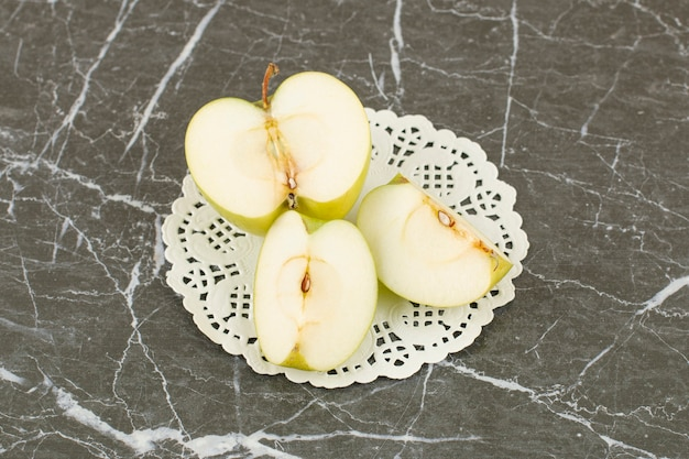 Pommes biologiques fraîches. tranches de pomme sur gris.