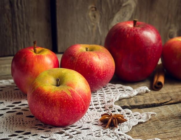Pommes, cannelle et anis étoilé sur fond en bois ancien