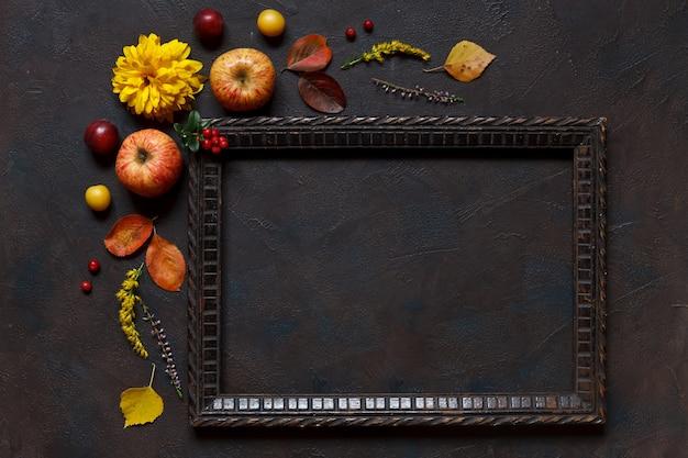 Pommes, cerises-prunes sauvages, baies rouges et belles fleurs