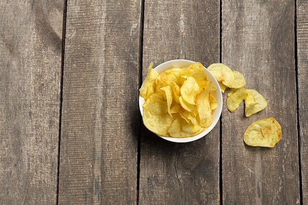 Pommes chips sur une surface en bois