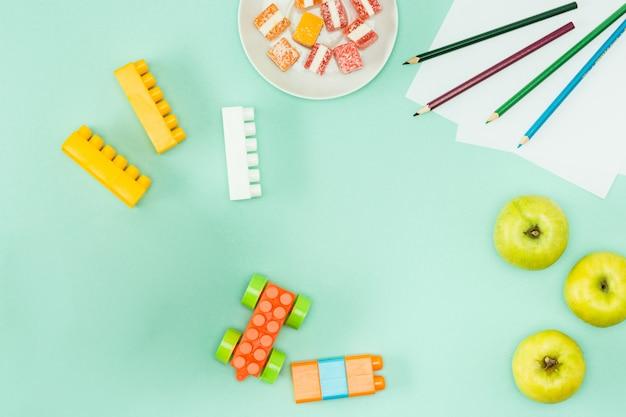 Pommes et crayons. retour au concept de l'école.