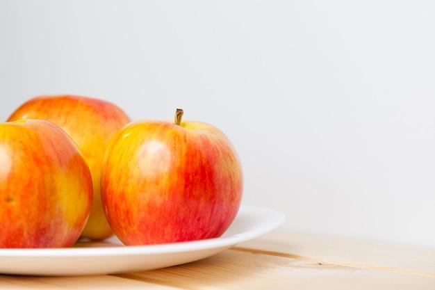 Pommes dans un bol sur une table en bois