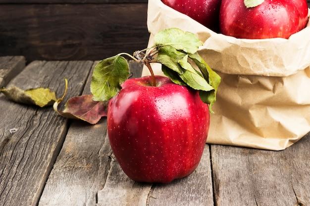 Pommes dans un emballage en papier