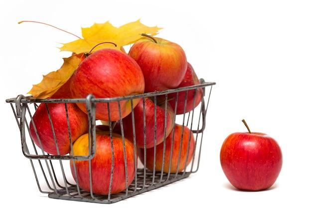 Pommes dans un panier sur fond blanc