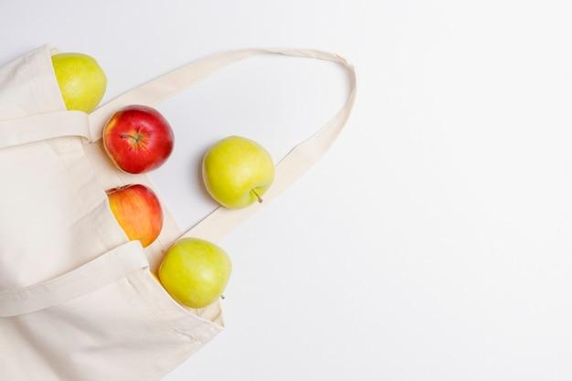 Pommes dans un sac en coton écologique
