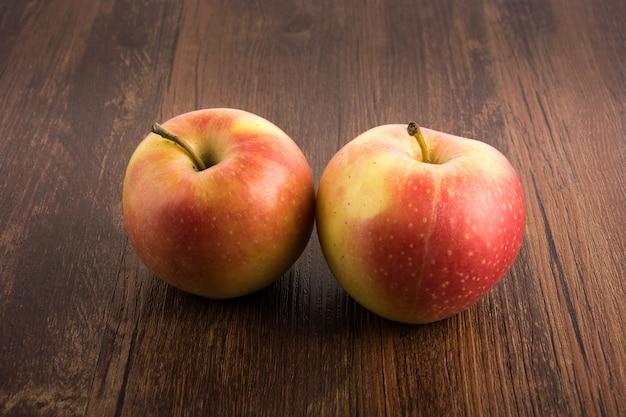 Les pommes delicious sur une surface en bois
