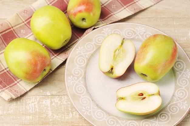 Pommes entières et coupées sur une assiette