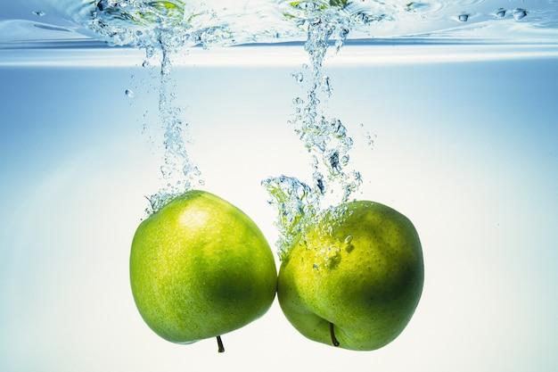 Les pommes entrent dans l'eau.