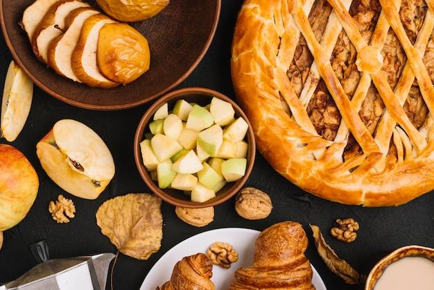 Pommes et feuilles au milieu de la pâtisserie