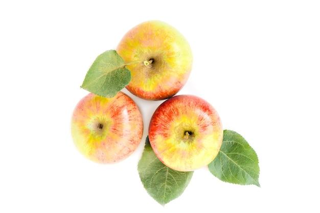 Pommes avec des feuilles isolées sur fond blanc.