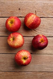 Pommes sur fond en bois