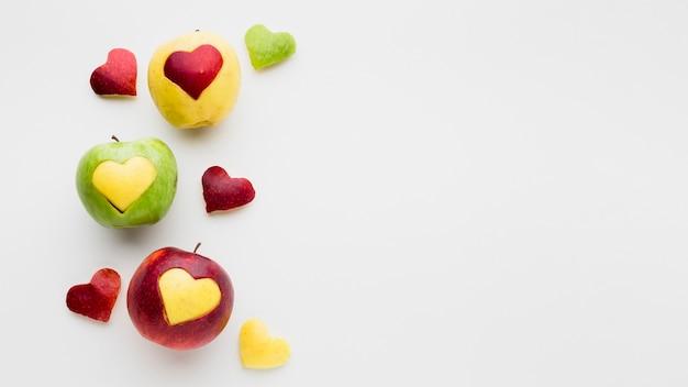 Pommes et formes de coeur de fruits avec espace copie
