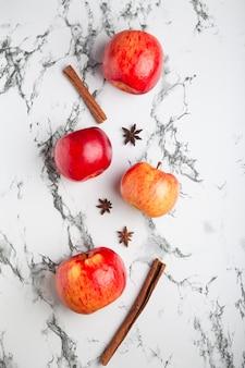 Pommes fraîches sur fond clair