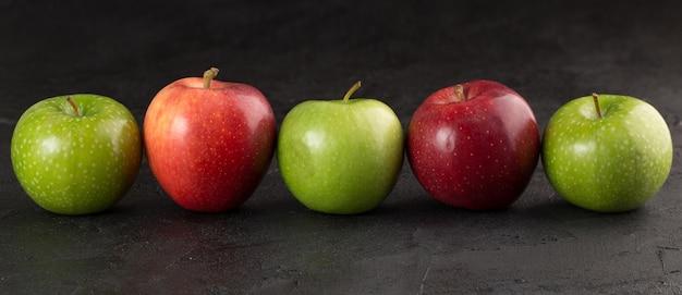 Pommes fraîches moelleuses mûres sur fond gris