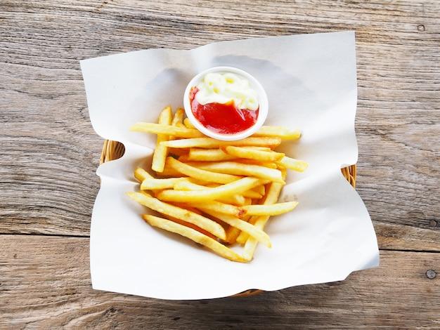 Pommes frites au ketchup et à la mayonnaise