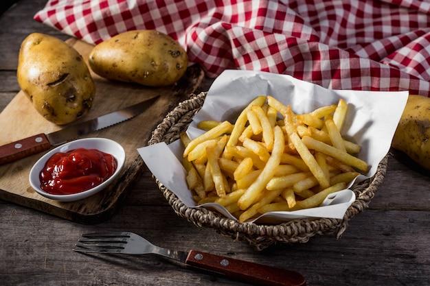Pommes frites sur une table en bois