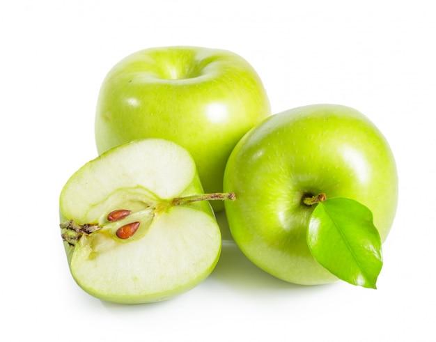 Pommes granny smith fraîches sur blanc