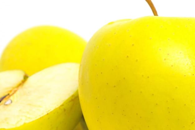 Pommes jaunes isolées