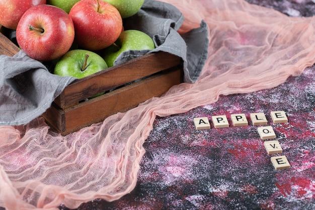 Pommes juteuses dans un plateau en bois rustique