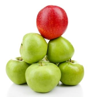Pommes juteuses en forme de pyramide isolé sur blanc