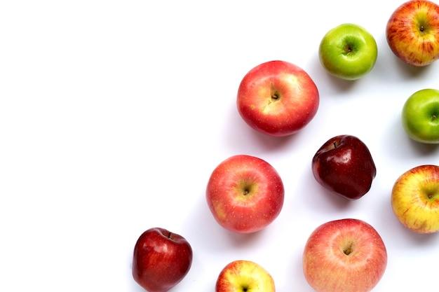 Pommes juteuses fraîches sur fond blanc. copier l'espace