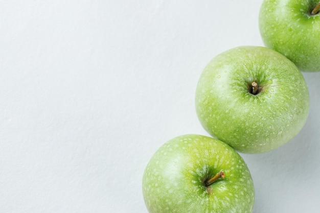 Pommes juteuses isolées sur blanc.