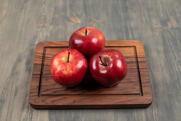 Pommes juteuses sur une planche à découper en bois. photo de haute qualité