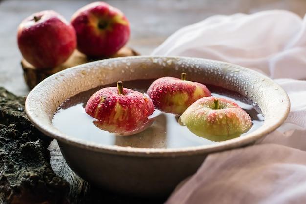 Pommes mûres dans un bol d'eau