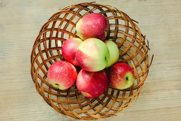 Pommes mûres dans un panier en bois. vue de dessus.