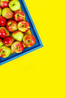 Pommes mûres sur fond jaune