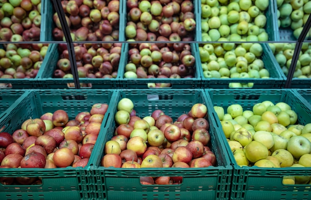 Pommes naturelles fraîches dans des caisses sur le comptoir du supermarché.