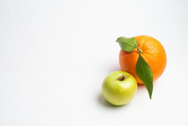 Pommes et orange fraîches du fond blanc isolé de jardin