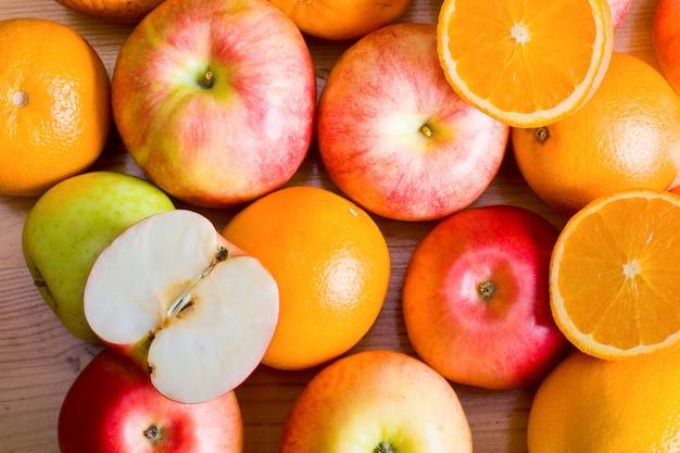 Pommes et orange sur le stand du marché