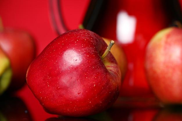 Pommes et pichet avec jus
