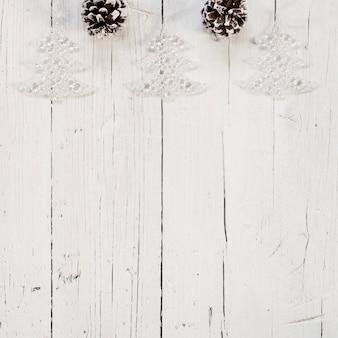 Pommes de pin avec arbre de noël étincelant et espace de copie