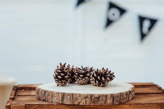 Pommes de pin sur table en bois