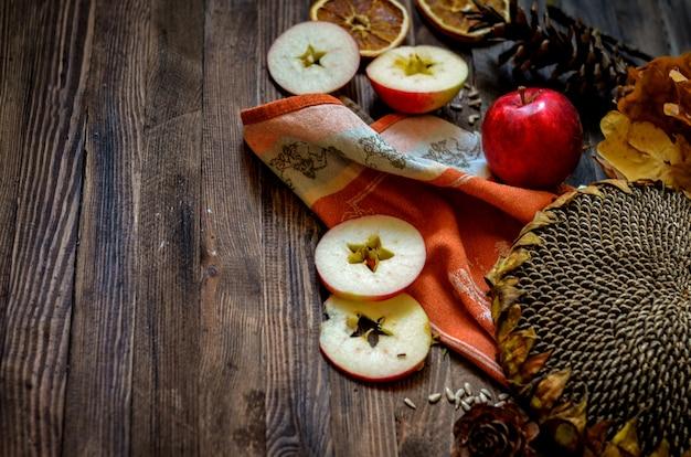 Pommes rouges automne vintage sur fond en bois