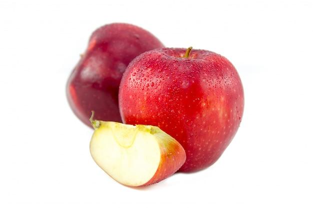 Pommes rouges sur blanc