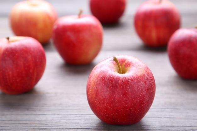 Pommes rouges fraîches sur un fond en bois gris